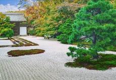 Stenträdgård av den Nanzen-ji templet i Kyoto Royaltyfria Bilder