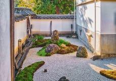 Stenträdgård av den Nanzen-ji templet i Kyoto Arkivfoto