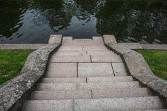 Stentrappa- eller trappuppgångnedstigning till vattnet i parkera Royaltyfri Foto