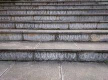 Stentrappa med sned gråa moment Brun trappuppgång som upp till stiger Arkivfoton