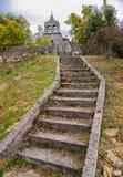 Stentrappa som leder till en gammal kyrka royaltyfria foton