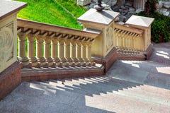 Stentrappuppgång med beigea balustrader för ledstänger i retro barock stil royaltyfri fotografi