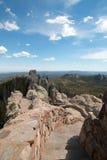 Stentrappuppgång som leder ner från torn för utkik för Harney maximumbrand i Custer State Park arkivfoton