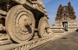 Stentriumfvagnen rullar - den Vtittala templet Hampi royaltyfri bild