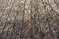 Stentrottoartextur cobblestoned granittrottoar för bakgrund arkivbilder