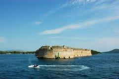 Stenudde i Kroatien med jetski fotografering för bildbyråer