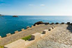 Stenväg bredvid havet Arkivfoto
