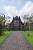 Stenväg till tempelporten Arkivfoto