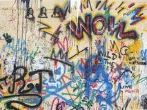 Stenvägg av den gul färg målade grafiten av olika färger och bilden av Jacconda royaltyfri fotografi