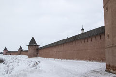 Stenvägg av den molniga dagen för Suzdal kloster Arkivbild
