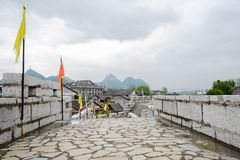 Stenvägg med balustrader på den forntida staden i den aftern molniga våren royaltyfri fotografi