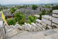 Stenvägg med balustrader runt om den forntida staden, Qingyan stad royaltyfria foton