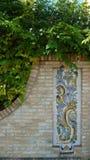Stenvägg med den spanska prydnaden arkivfoto
