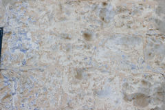 Stenvägg med en multilayered gammal tumblingbortförklaringtextur Royaltyfri Bild