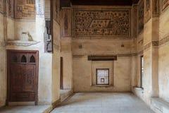 Stenvägg med träfönstret Mashrabiya på ottomanen historiska Beit El Set Waseela som bygger det Waseela Hanem huset, Kairo, Egypte royaltyfri foto