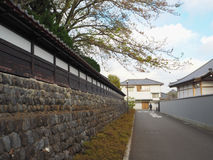 Stenvägg och tom väg Arkivbild