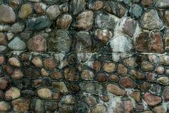 Stenvägg på kusten av Östersjön arkivbild