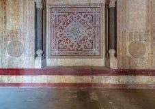 Stenvägg som dekoreras med färgrika inristade blom- och geometriska modeller på ingången av den Sultan Hassan moskén, Kairo, Egyp arkivbild