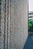 Stenvägg som göras av fina kiselstenar arkivbild