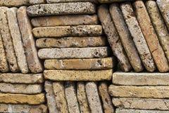 Stenvägg som göras ut ur ojämna tegelstenar Arkivbilder