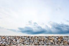 Stenvägg som vågskydd som undviker maskopi Royaltyfria Foton