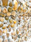Stenväggar använder stenar och kommer med mortel för royaltyfria bilder