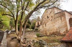 Stenväggar av historiskt Shio-Mgvime den kristna kloster som byggs i det 6th århundradet i Mtskheta, Georgia Arkivbild