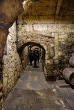 Stenväggar och kommunikationstunneler mellan den underjordiska stenen förvara i källare var La Rioja vin åldras i gamla ektrummor fotografering för bildbyråer