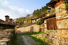 Stenväggar och terrasser i byn av Leshten royaltyfri bild