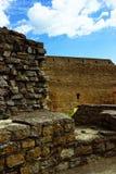Stenväggar och trappuppgång i den forntida slotten Fotografering för Bildbyråer
