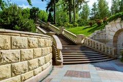Stenväggen nära marmorerar trappuppgången med balustrader royaltyfri foto
