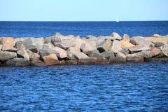 Stenvågbrytare för skydd av kusten Royaltyfri Fotografi