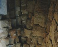 Stenvalv av en gammal byggnad Forntida stonework Bakgrund royaltyfria foton