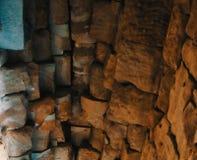Stenvalv av en gammal byggnad Forntida stonework Bakgrund royaltyfri foto