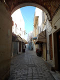 Stenvalvgånggränder inom Sousse Medina Royaltyfri Bild
