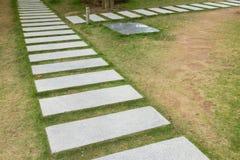 Stenvandringsledmoment på gräs gå för bana Fotografering för Bildbyråer