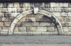 Stenvägg med den dekorativa bågen, tappningarkitektur Arkivbilder