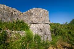 Stenväggar och försvartorn av den Tvrdava Mogren fästningen Fotografering för Bildbyråer