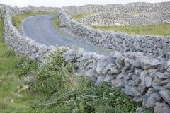 Stenväggar och öppen väg på Inishmore; Aran Islands Arkivfoton