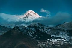 Stepantsminda,乔治亚 卡兹别克山峰顶用雪A包括 免版税库存图片