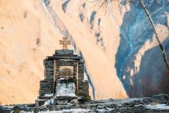Stepantsminda, Gergeti,乔治亚 在石头和冷的Minera的十字架 免版税库存照片