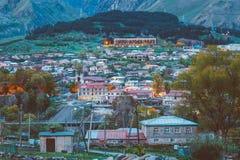 Stepantsminda-Dorf am Abend oder an der Nachtzeit in Kazbegi Distri Lizenzfreies Stockfoto