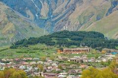 Stepantsminda-Dorf am Abend oder an der Nachtzeit in Kazbegi Distri Lizenzfreies Stockbild