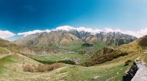Stepantsminda-Dorf bei Sunny Day In Kazbegi District, Mtskheta Lizenzfreie Stockbilder