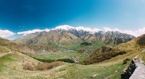 Stepantsminda-Dorf bei Sunny Day In Kazbegi District, Mtskheta Stockbild