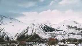 Stepantsminda, Geórgia Casas famosas da igreja e do campo de Gergeti na paisagem Georgian bonita do inverno video estoque