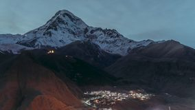Stepantsminda, Geórgia O céu noturno do inverno sobre o pico da montagem Kazbek cobriu com a neve inverno Georgian da noite bonit video estoque