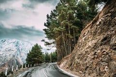 Stepantsminda, Georgië Nieuw Mooi Asphalt Mountains Road Lan royalty-vrije stock afbeelding