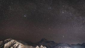 Stepantsminda, Georgia El cielo estrellado de la noche del invierno con las estrellas que brillaban intensamente sobre el pico de almacen de metraje de vídeo