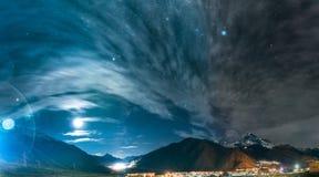 Stepantsminda Georgia Stjärnklar himmel för natt ovanför härliga Georgia arkivfoto